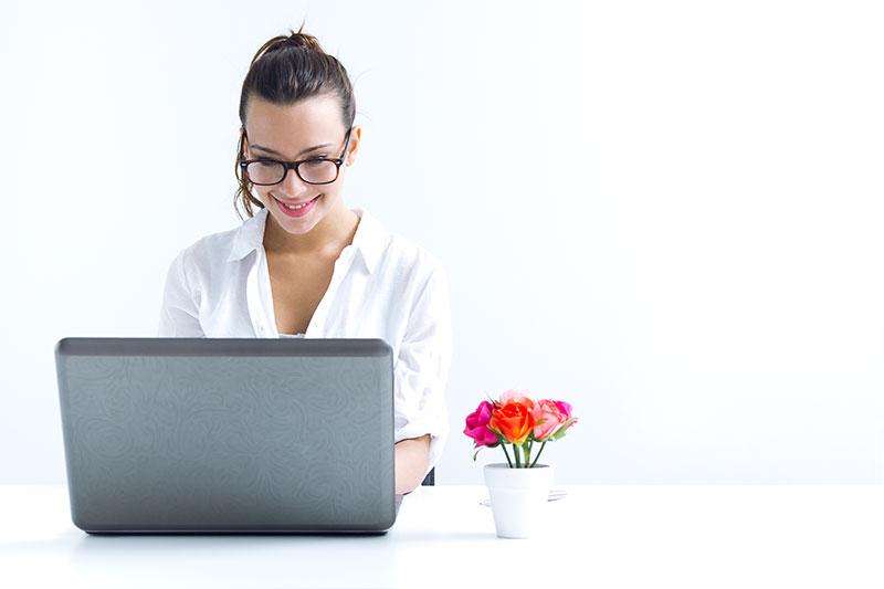 Impiegata al lavoro tramite smart working utilizza app Data Working di Telnet Data